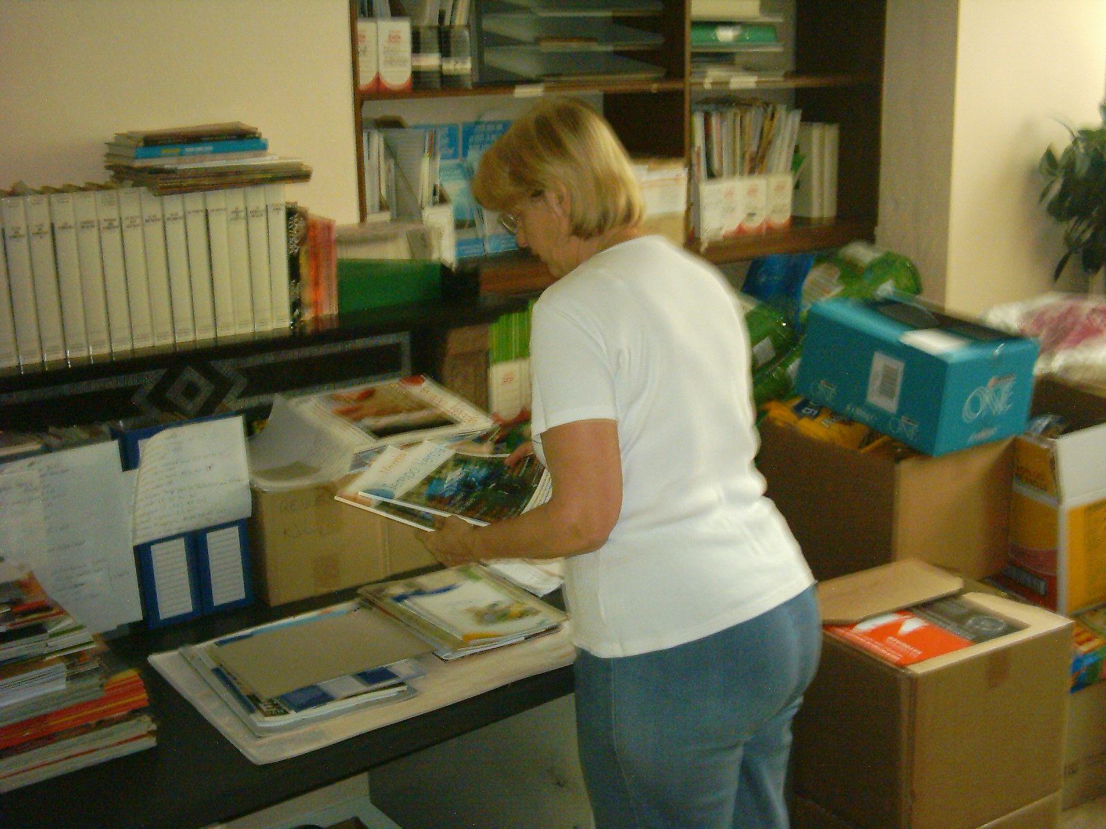 Ingrid, onze vrijwilligster aan het werk in het documentatiecentrum.